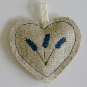 Machineborduurd hart gevuld met lavendel